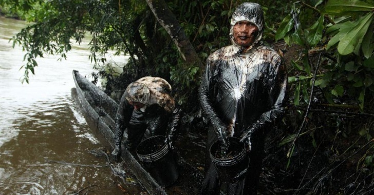 "Indigenous people are struggling to clean up 6,000 barrels oil that have poured into the Chiriaco and Morona tributaries of the Amazon River. (Photo: Alessandro Currarino / El Comercio"")"